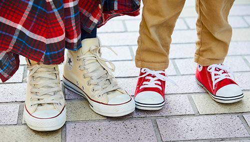 足もとは親子でコンバースのオールスターをチョイスして、<br /> カジュアルなテンションを仲良くシェア♪&#8221; /></p> <p class=