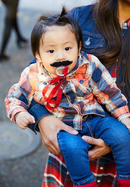 babyはユーモア溢れるヒゲモチーフのおしゃぶりを選んで、<br /> ちょっぴりダンディにきめて♡&#8221; /></p> <p class=