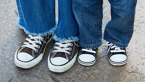 足もとは親子で黒のオールスターをリンク♪ mamaはカットオフデニムでトレンド感へアプローチ!
