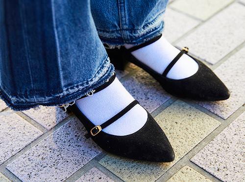 足もとはシャープなパンプスをセレクト♡<br /> 白のソックスを合わせて今年顔に♪&#8221; /></p> <p class=