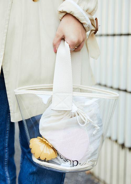 透明感が涼しげな印象を与えるスケルトンバッグをチョイスして、<br /> 爽やかなムードをエンジョイ!&#8221; /></p> <p class=