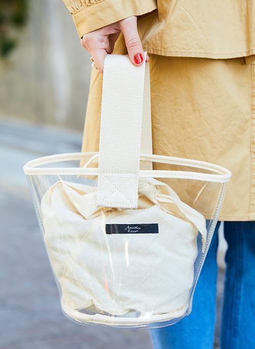 手もとにはスケルトンバッグをセレクトして、<br /> 爽やかな印象をプラス!&#8221; /></p> <p class=
