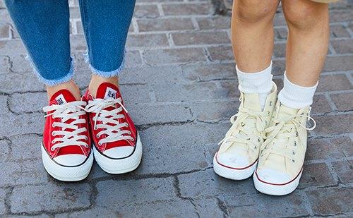 足もとは親子でオールスターをチョイス♪<br /> カラーでそれぞれの個性を主張して。&#8221; /></p> <p class=