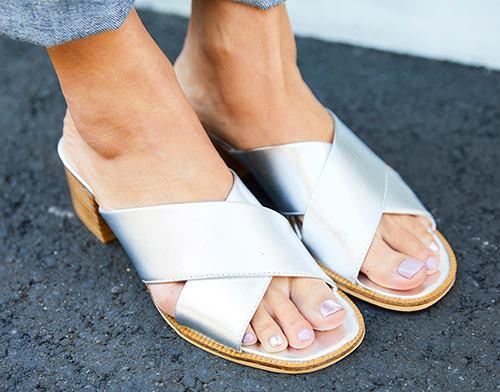 足もとはシルバーのサンダルをチョイスして、<br /> 上品で爽やかな印象にシフト☆&#8221; /></p> <p class=