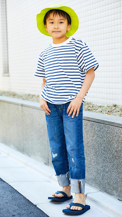 kidsはボーダーTシャツにデニムパンツを合わせたマリンルック♪<br /> 蛍光カラーのハットがポップなアクセントに。&#8221; /></p> <p class=