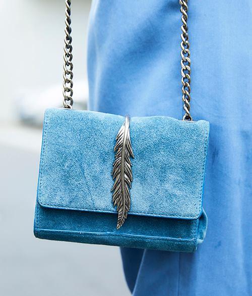 ワンピースの色に合わせてバッグもブルーをチョイス♪<br /> シルバーのあしらいで涼し気な印象に。/></p> <p class=