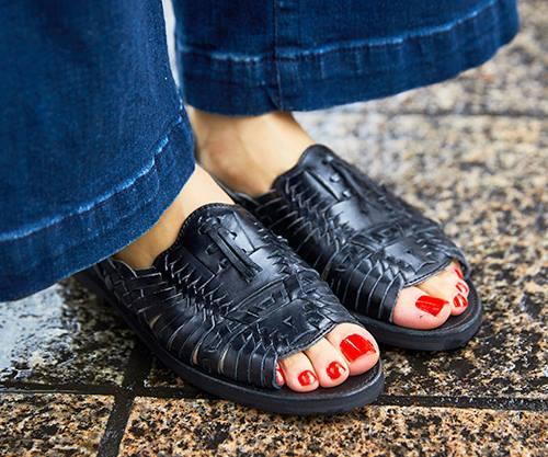足もとは存在感のあるレザー調サンダルをチョイス<br /> 赤のネイルがコーデにスパイスを注入!/></p> <p class=