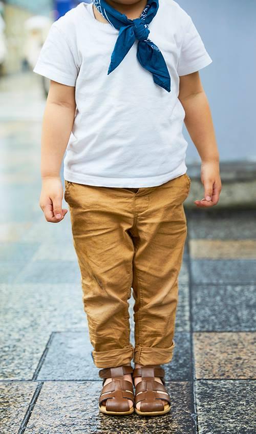 boyも色味を合わせて親子のテンションを統一!<br /> 足もとはサンダルで夏らしさも。&#8221; /></p> <p class=