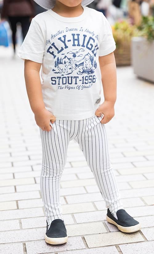 kidsはパンツにストライプ柄を選んで、親子のテンションを統一!<br /> ホワイトのワントーンでこなれ感もアップ。&#8221; /></p> <p class=