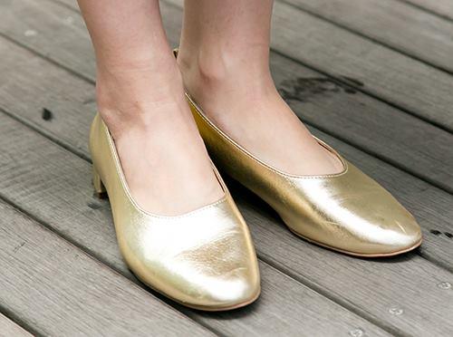 足もとはゴールドのパンプスを選んで、<br /> 程よくゴージャスなスパイスを!&#8221; /></p> <p class=