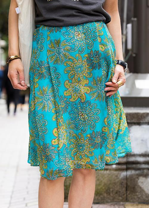 ターコイズブルーを基調としたエスニック柄のスカートで、<br /> コーデに爽やかなムードを演出♡/></p> <p class=