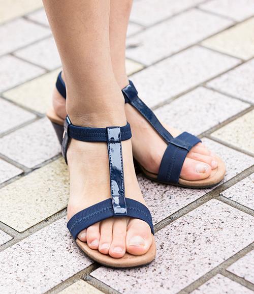 足もとはTストラップサンダルを選んで、さりげなく大人な印象に♪