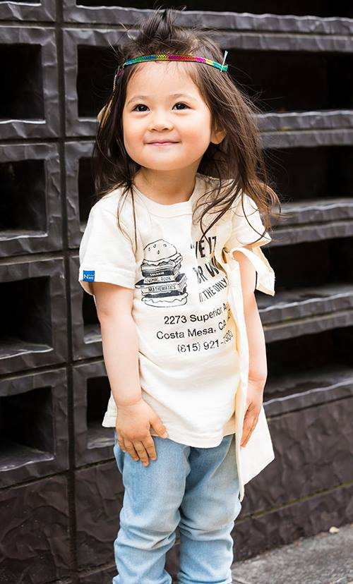kidsはベージュT×ブルーデニムの色合いが色合いがこなれた雰囲気。 マルチカラーのヘアバンドでエスニック要素を!