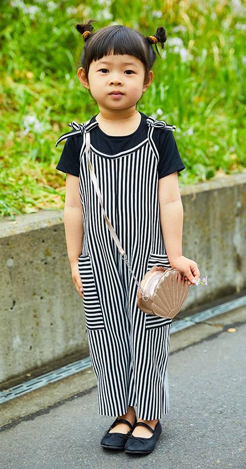 kidsはストライプ柄のサロペットを主役にしたモノトーンコーデ。<br /> ピンクゴールドのバッグで大人っぽい雰囲気に♡&#8221; /></p> <p class=