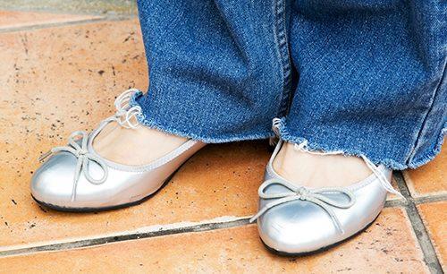 足もとはシルバーのパンプスを選んでモードな雰囲気をプラス!