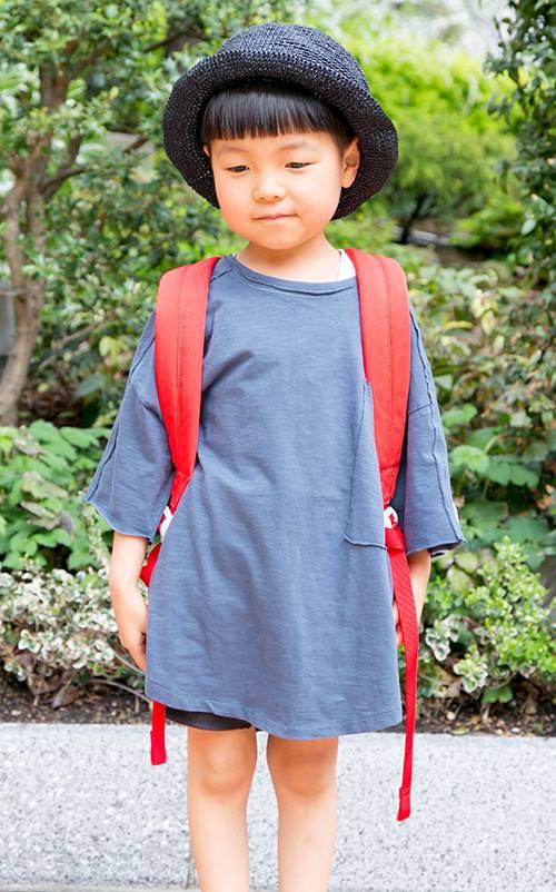 kidsはダークトーンで合わせたモノトーンスタイル。<br /> ビッグサイズの赤リュックが今日の主役!&#8221; /></p> <p class=