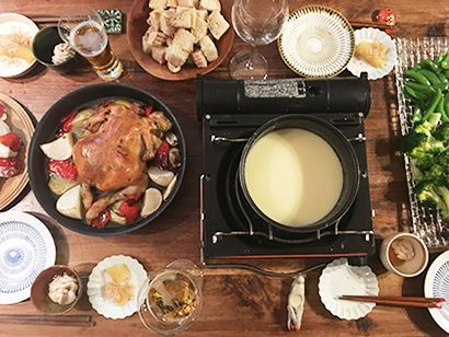 「クリスマスパーティーのごちそうです。メインは丸鶏のグリルとチーズフォンデュ。水分の多い野菜と丸鶏を一緒に焼くと、とってもジューシーに焼きあがります」