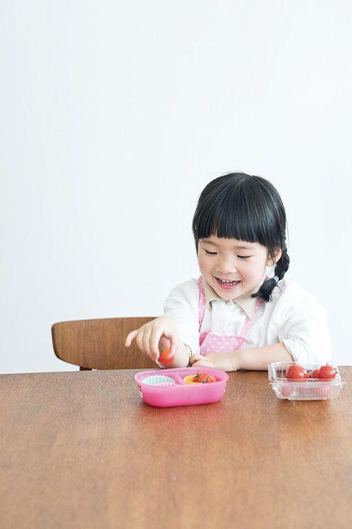 お料理の最中に、野菜やクッキー型などを使って数や言葉の勉強をすることも。
