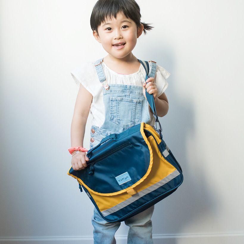 お気に入りのKUMONバッグを提げてご満悦。
