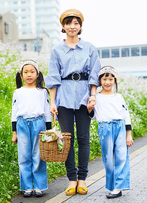 mamaはビッグシルエットのストライプシャツを太ベルトでウエストマーク。kidsはタックインしてメリハリのある着こなしに。