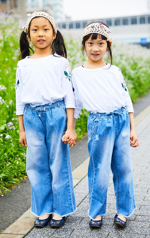 姉妹は白×デニムの爽やかコーデで全身リンク☆<br /> トップスの刺繍がコーデのアクセントに。&#8221; /></p> <p class=