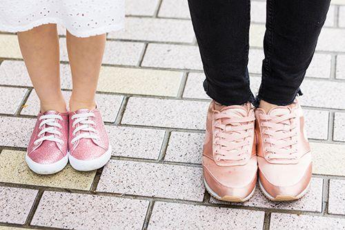 足もとは親子でピンクのスニーカーを合わせて、<br /> 全体のテンションを意識◎&#8221; /></p> <p class=