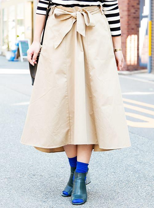 美しいAラインを形成するフレアスカートをチョイス。<br /> ウエストリボンを結んで、ガーリーな味付けを♪/></p> <p class=