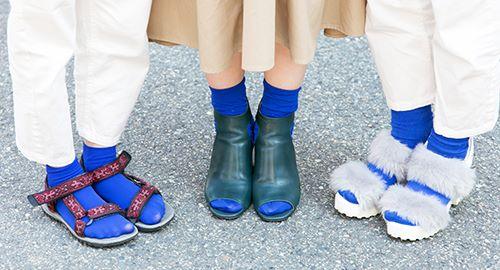 足もとは親子でブルーのソックスを選びつつ、<br /> シューズでそれぞれの個性を主張!&#8221; /></p> <p class=