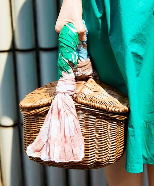カゴバッグの取っ手には、親子のアクセントカラーである緑とピンクを挿して♪/></p> <p class=