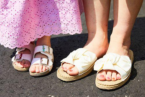 足もとは親子で白いサンダルをリンク。<br /> mamaの大きなリボンのあしらいが華やかさをプラス♡&#8221; /></p> <p class=