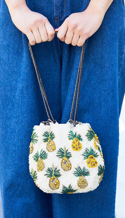 パイナップル柄の巾着バッグが、<br /> 夏気分を上昇させるキーアイテムに♪/></p> <p class=