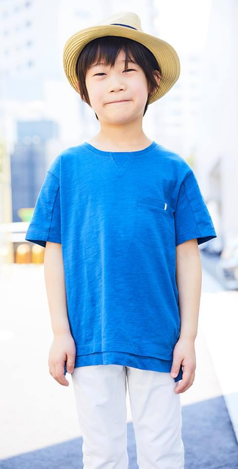 kidsはブルーのTシャツに、白いパンツを合わせたマリンコーデ。<br /> ストローハットがリゾート感を演出◎&#8221; /></p> <p class=