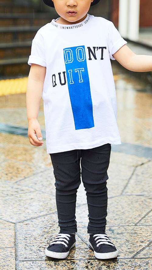 kidsもモノトーンスタイルにチャレンジ!<br /> Tシャツのブルーがコーデの挿し色に☆&#8221; /></p> <p class=