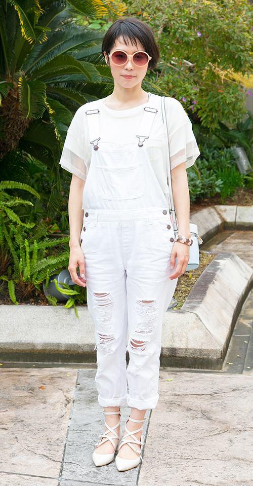 オールホワイトの装いも、袖部分のシースルーや、オールインワンのダメージ加工など、要所でアクセントをプラス♪/></p> <p class=