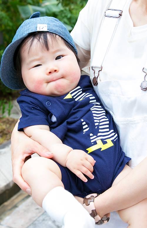 babyはブルーを基調とした爽やかコーデ。<br /> キャップをかぶってやんちゃに!&#8221; /></p> <p class=