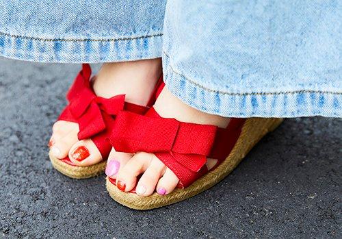 足もとにはリボン付きの赤いサンダルを合わせてガーリーに♡<br /> ネイルも赤×ピンクに仕上げた点も抜かりありません!&#8221; /></p> <p class=