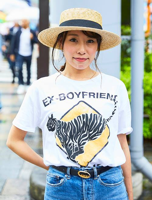 インパクトのあるアニマルプリントのTシャツを合わせて、大人のカジュアルスタイルの完成。カンカン帽でアクティブな要素もランクアップ!/></p> <p class=