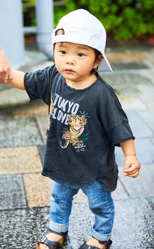 kidsもアニマルプリントのTシャツを選んで、親子のテンションを統一◎<br /> 白いキャップが爽やかなスパイスに。&#8221; /></p> <p class=