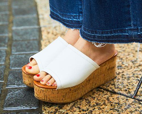 足もとは白い厚底サンダルをチョイス。<br /> 赤いネイルとのコントラストで上品に印象に♡&#8221; /></p> <p class=