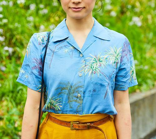 ブルーを基調としたヤシの木柄のアロハシャツで涼しげな印象に!/></p> <p class=
