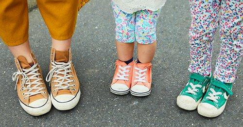 足もとは親子3人でコンバースをシェア☆<br /> カラーでそれぞれの個性をアピールして。&#8221; /></p> <p class=