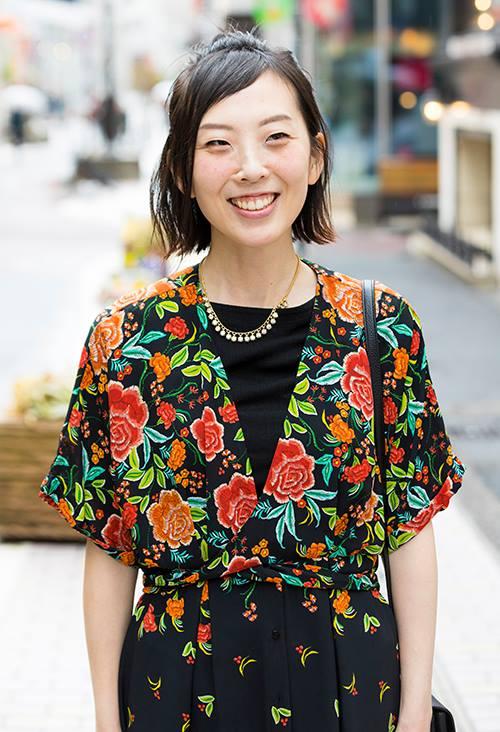 鮮やかに花柄刺繍が施されたワンピースを選んでクラシックなムードに。/></p> <p class=