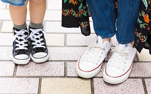 足もとは親子でコンバースをリンクさせて、テンションを仲良く統一◎