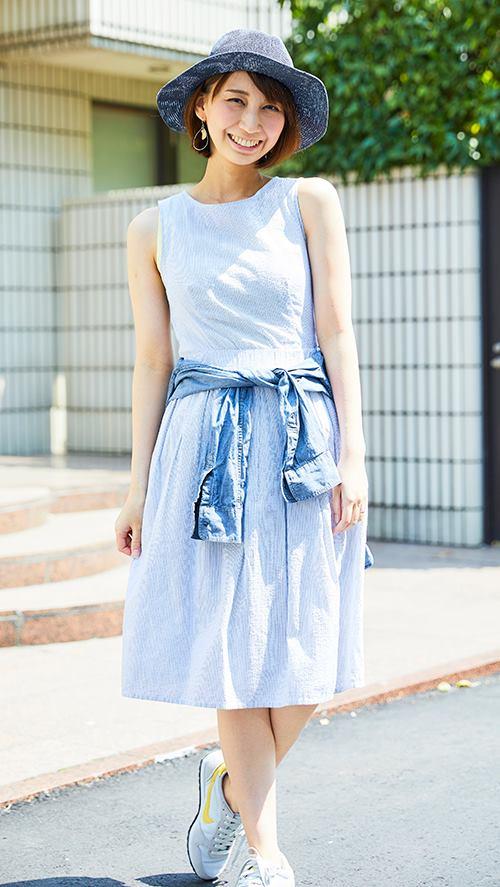 全身をブルーのトーンで統一しつつも、<br /> ワンピースとシャツの色に濃淡をつけてメリハリをオン!/></p> <p class=