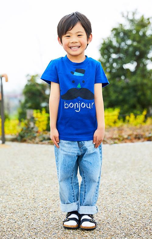 kidsはポップなイラストが描かれたTシャツをチョイス!<br /> デニムパンツと合わせてやんちゃなムードに♪&#8221; /></p> <p class=