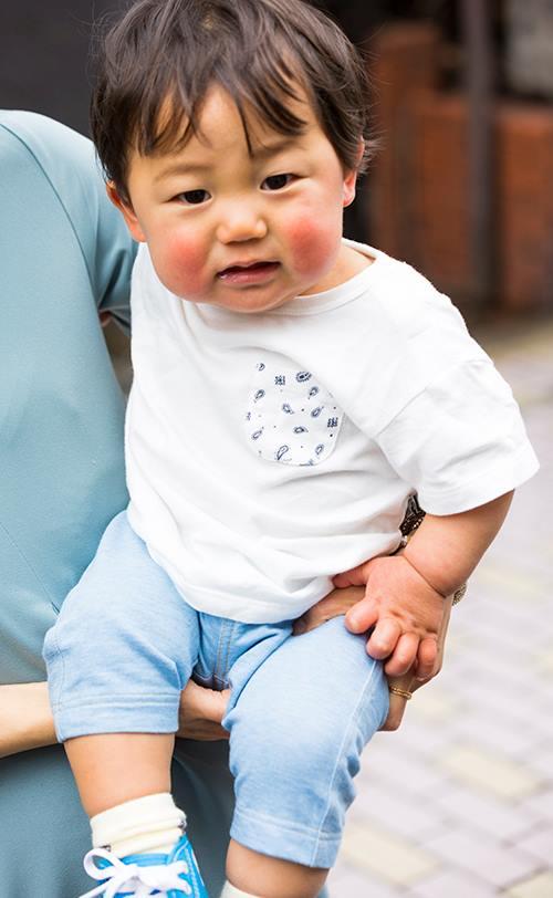 kidsは白×デニムのシンプル&爽やかコーデ♡<br /> Tシャツのポケットにはさりげなくエスニック柄を注入◎&#8221; /></p> <p class=