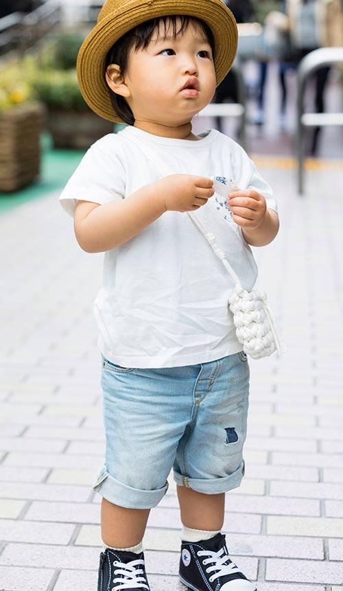 kidsも白×デニムで爽やかなテイストに落とし込み。<br /> ハンドメイドのフリンジバッグはmamaとお揃い♡&#8221; /></p> <p class=