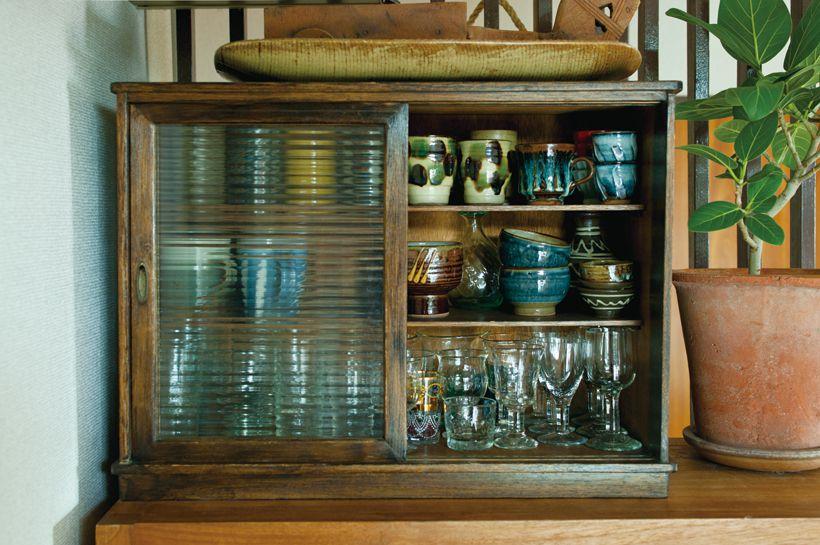 グラスやコップは小さな食器棚へ