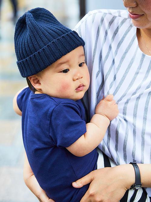 kidsはブルーを基調にした爽やかコーデ。<br /> ボーダー柄のパンツを選んで、mamaとのリンクも忘れずに!&#8221; /></p> <p class=
