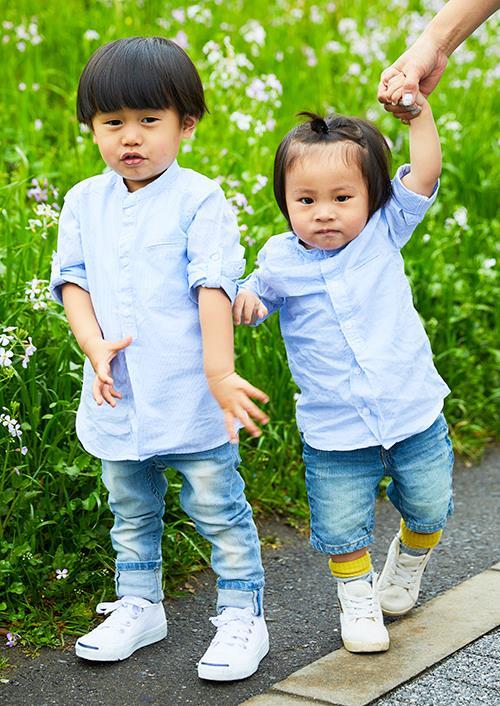 kidsもブルーシャツ×デニムパンツを合わせて、<br /> 親子のテンションを仲良く統一◎&#8221; /></p> <p class=